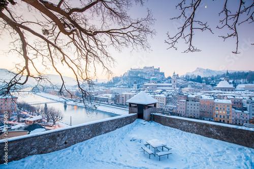 In de dag Centraal Europa Historic city of Salzburg at sunrise in winter, Austria