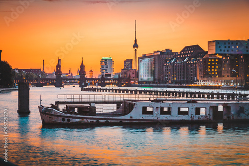 In de dag Centraal Europa Berlin skyline with old ship wreck in Spree river at sunset, Germany