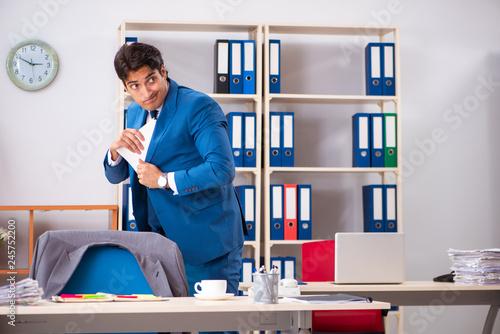 Fotografía  Employee stealing important information in industrial espionage
