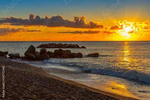 Obraz Krajobraz wschód słońca na czarnej plaży, Santorini, Grecja - fototapety do salonu