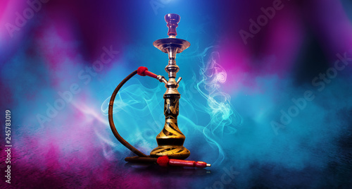 Photo Smoking hookah on the background of an empty room