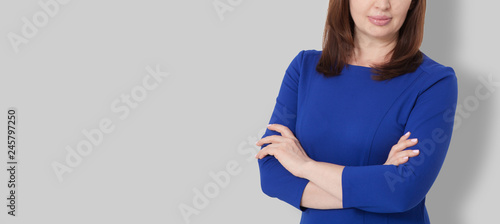 Cuadros en Lienzo Portrait of brunette serious middle age boss woman in business dress isolated on gray background