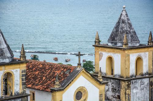 Fototapeta Architektura historycznego miasta Olinda w Pernambuco w Brazylii przedstawiająca kościół Se z XVII wieku w stylu barokowym o zachodzie słońca.
