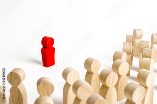 Fotografía  Red figurine of a man in the spotlight of a crowd of people