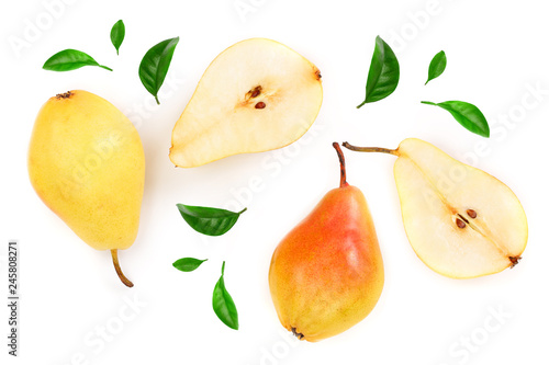 Foto ripe red yellow pear fruits with leaves isolated on white background