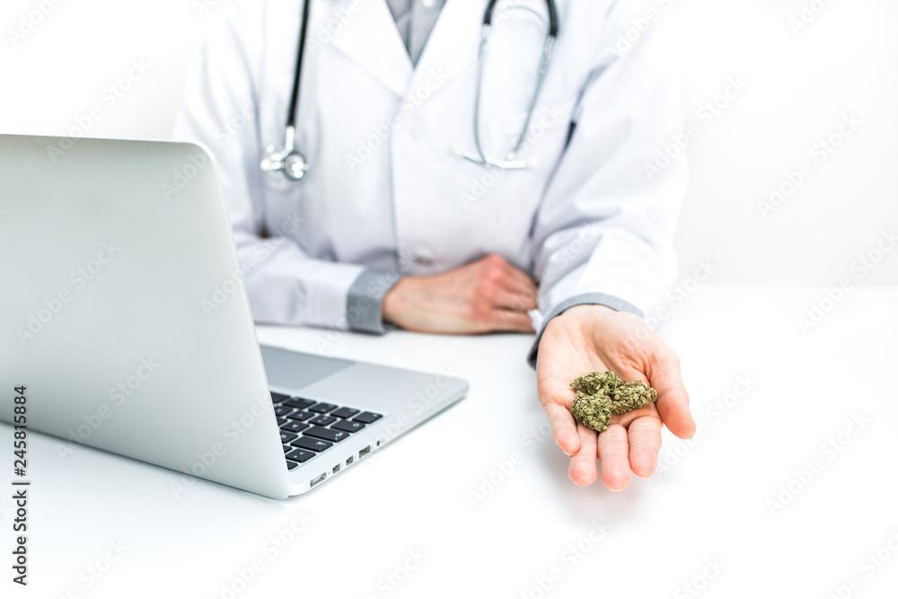 Photo  Arzt empfiehlt medizinisches Cannabis