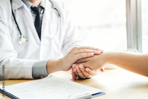 Carta da parati Doctor holding hands for comforting and care patient