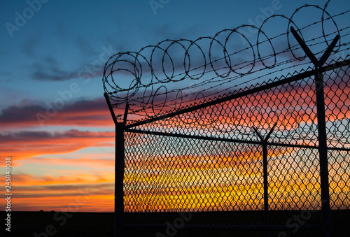 BSilouette of fence at sunset Canvas-taulu