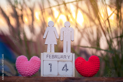 In de dag Hert Wooden calendar show of February 14 with pink heart. Valentine's Day, or St Valentine's Day, is celebrated every year on 14 February