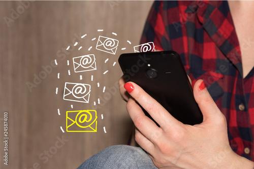 Eine Frau schreibt am Smartphone viele eMails