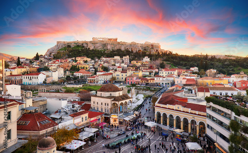 In de dag Athene Athens, Greece - Monastiraki Square and ancient Acropolis