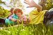 Leinwandbild Motiv Kinder spielen und albern herum auf einer Wiese