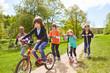 Leinwandbild Motiv Kinder machen Wettrennen mit Roller und Fahrrad
