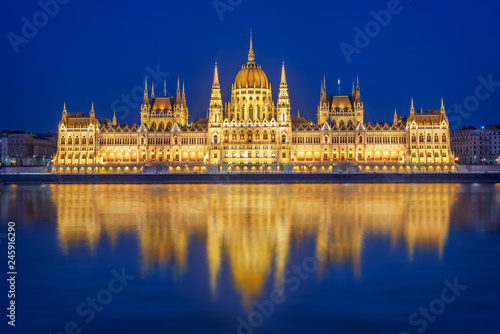 Photo Budapest parliament illuminated at night and Danube river, Hungary