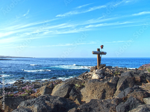 Foto auf AluDibond Himmelblau cross on the coast