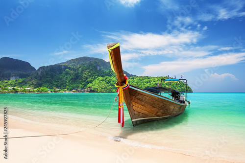 Deurstickers Asia land Thai traditional wooden longtail boat and beautiful sand beach