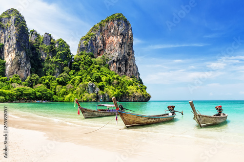Spoed Fotobehang Asia land Thai traditional wooden longtail boat
