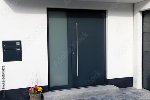 Photo Modern new anthracite grey front door