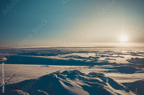 Photo sur Aluminium Antarctique Bright sunrise panorama of the Antarctica. Overwhelming polar landscape. The winter sun over the snow covered frozen land. Ideal background for the collages and illustrations. Antarctic South Pole