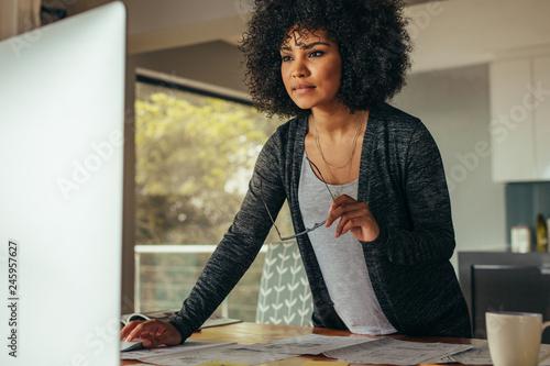 Foto Female interior designer working on computer