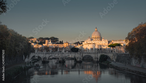 In de dag Centraal Europa Tiber and St Peter Basilica in Vatican, sunrise time
