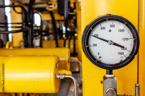 Fotografia  Pressure gauge or pressure indicator reading four hundred pressure square inch (psi)  in offshore oil and gas refinery process operation industry