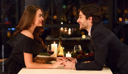 Cuadros en Lienzo  Loving couple in a restaurant