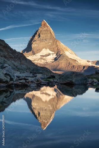 Photo Matterhorn and reflection on the water surface during sunrise