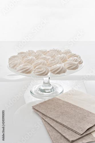 Fotografie, Obraz  alzata porta dessert con meringhe bianche grandi