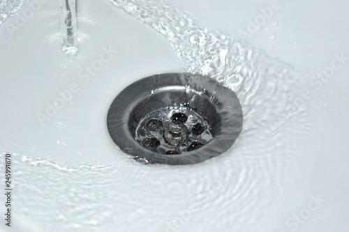 Spływająca woda w umywalce, marnowanie wody