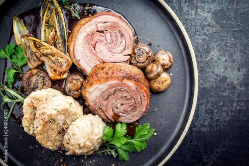 Pinturas sobre lienzo  Traditioneller Wildschwein Rollbraten mit Knödel, gebratenes Gemüse und Pilzen i