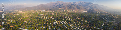 Photo  Amazing aerial views of Santiago de Chile city during the sunset with the Andes mountain range making a wonderful horizon line
