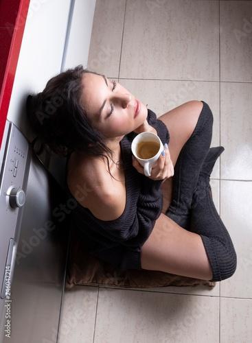 Bella mujer tomando café Wallpaper Mural