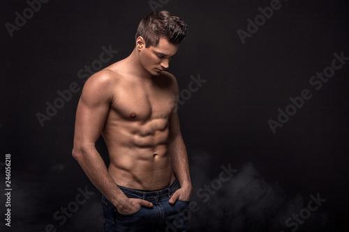Fotografía  Handsome shirtless man in studio.