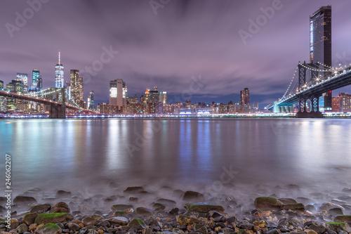 Fototapeta Nocny widok z East River Beach na dzielnicy finansowej i Manhattan, Brooklyn Mosty z długim czasem naświetlania