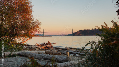 Платно Burrard Inlet To Lionsgate Bridge From Ambleside Beach - Dusk