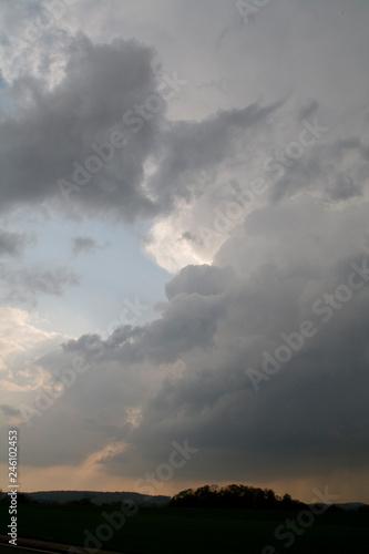 Spoed Fotobehang Onweer Sturmwolken über der Landschaft