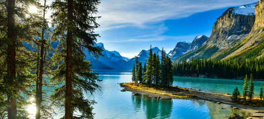 Fototapeta Rzeki i Jeziora Beautiful Spirit Island in Maligne Lake, Jasper National Park, Alberta, Canada