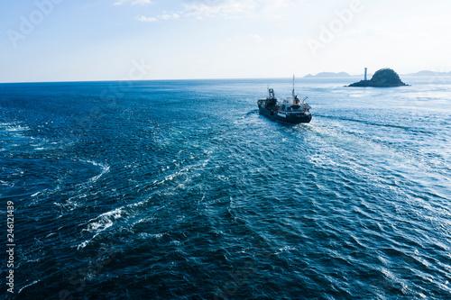 水平線が見える美しい海と一隻のボート
