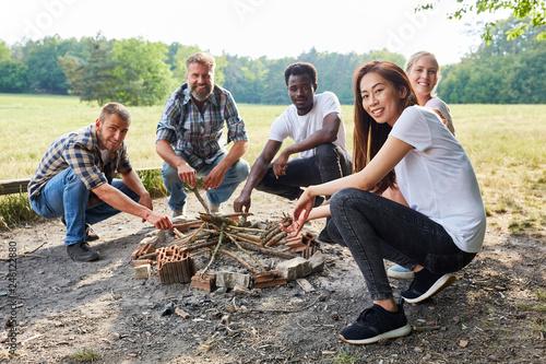 фотографія  Multikulturelle Gruppe im Survival Workshop