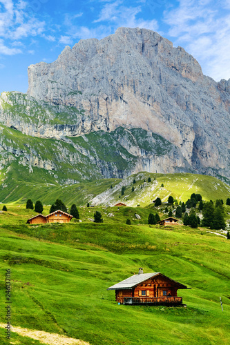 Photo  Seceda mountain with blue grass and wooden houses
