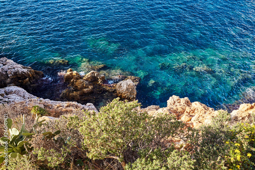 Photo  Cliff coast with beautiful blue water