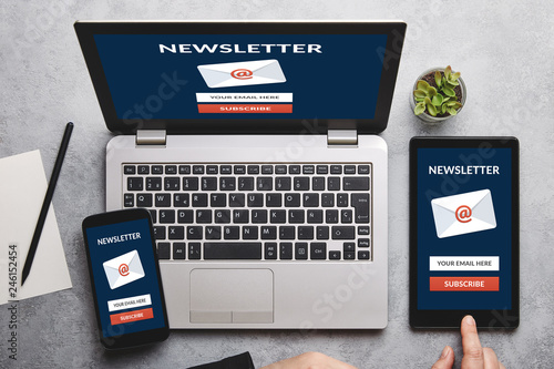 Fotografía  Subscribe newsletter concept on laptop, tablet and smartphone screen