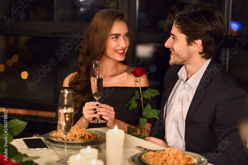 Fotomural  Couple having dinner in restaurant