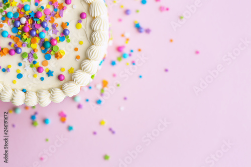 Photo  Birthday cake with sprinkles