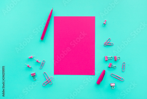 Fotografía  Creativity and inspiration ideas with above of red paper and pen,accessorie on colorful background