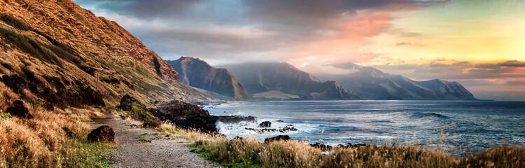 Zalazak sunca s Kaena Pointa na zapadnoj obali Oahua na Havajima oblačnog dana