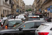 Trafic In Paris In François 1er Street / Embouteillage Rue François 1er à Paris
