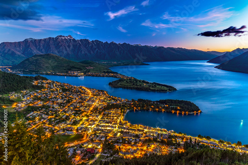 Foto op Plexiglas Oceanië New Zealand. South Island, Otago region. Queenstown and Lake Wakatipu by night, the Remarkables mountain range behind