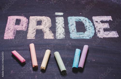 Foto  word  PRIDE on a chalk board